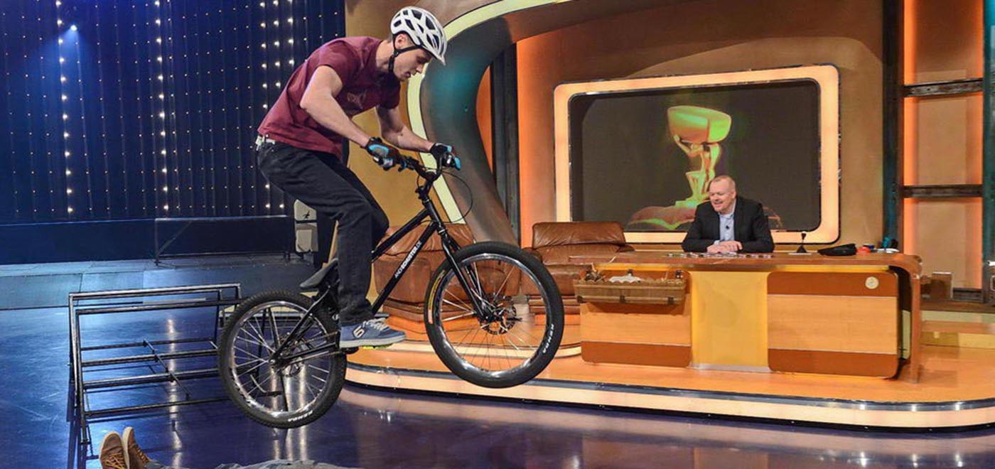 Andi Schuster | Mountainbike Trial Show | TV Total (http://tvtotal.prosieben.de/videos/Bike-Tricks-mit-Andi-Schuster--/21659/)